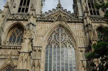 约克大教堂又称圣彼得大教堂,是英国最大,同时也是整个欧洲阿尔卑斯山以北最大的哥特式教堂,公元1220