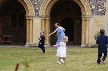 喜逐——坎特伯雷大教堂后花园草坪上参加婚礼者