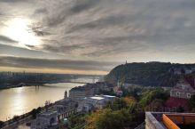 你无法想象布达佩斯有多美。原来,渔人堡是迪斯尼logo的原型(图5)。傍晚泡个温泉洗掉了几天以来的疲