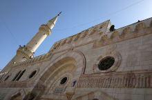 大侯赛因清真寺,进去当然要拖鞋啊,拍了几张照片就出来了,中东清真寺太多了,看的都审美疲劳了。旁边有个