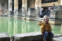 巴斯。罗马浴场里偶遇可爱的小女孩。