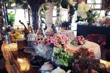 【艺术不只是美】 这是一个经过精心设计的花园餐厅 位子不多 空间被花花草草 和进口的欧式餐具占据 但
