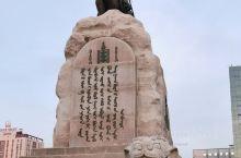 成吉思汗广场(原名苏赫巴托广场),蒙古国乌兰巴托的市中心,周围有60/70年代的老建筑,也有好几家酒