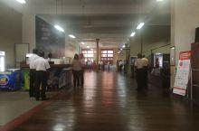 在科伦坡cargilld building 里,有一个银行在办开业仪式。当斯里兰卡国歌奏响时,每个人