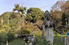 佛像公园。位于湄公河岸边,河对面就是泰国。公园看上去美轮美奂,其实所有的塑像都是水泥制造,属于快餐艺