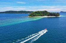 """[俯瞰东姑阿都拉曼群岛]蕴藏丰富""""宝藏""""的沙巴不乏瑰丽的岛屿风光,东姑阿都拉曼群岛就是其中一处。四座"""