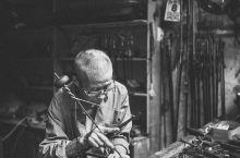 """兰溪游埠古镇有许多值得记录的东西,其中,""""活化石""""秤匠是非去看不可的。秤匠老爷爷做了一辈子的手工秤,"""