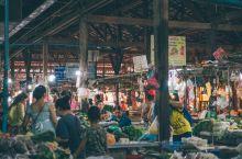 每一个来暹粒参观吴哥窟的游客都躲不开老市场、酒吧街,这里有全城最集中的食肆、酒店、酒吧、摊贩,一入夜