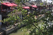 从上海做直通大巴车直接到古镇朱家角比较方便,这里古香古色拥江南水乡的秀美,有原生态当地的小吃店又有浪