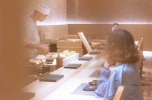 """这是一家omakase的日料餐厅。omakase原意是""""拜托"""",放在料理中名为""""厨师发办""""—chef"""