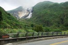火山口的美景    国庆节的时候我和闺蜜来到台湾,看看曾经爆发过火山喷发的小油坑。小油坑曾经是个火山