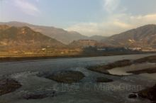 宁静的安宁河。一条南流的河道,冬水少,夏水丰。河泥沙重,河道不稳。安宁爬沙虫,誉为土人参,河边的石头