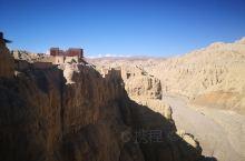 在阿里扎达的古格王朝遗址非常有意思的一个景点,很多人去看日出和日落,但是夏天的时候时间都不合适,云层
