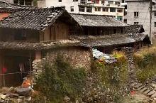 雁荡山其实最精彩的地方是显胜门,就是开发的不好,尤其是进入景区的公路,从狭窄的三四层乡村小楼的缝隙中