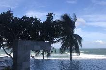入住四星级酒店,酒店后的泳池和美景,蓝天、白云、沙滩,真的太美了