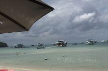 蓝天、白云、沙滩、游艇,这里的海水很干净,人不算很多,风景优美