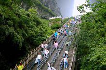 """天门山因自然奇观""""天门洞""""而得名,作为世界最高海拔的天然穿山溶洞,天门洞就像一座镶嵌在天幕上的通天之"""