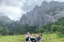 今天坐车然后徒步去到未开发的阿布吉措神山,当地人说,对神山许愿很灵验的.在山脚下牧场溪边吃了顿丰盛的