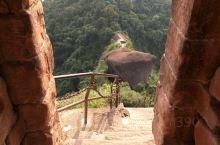 细美寨,韶关市丹霞山上的一个山寨旧址,三面悬崖峭壁,一面有石级可登,地势异常险要独特。