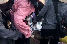 在广西东兴口岸,忙碌的越南边民把中国的商品运往越南,日复一日年复一年,以这样的方式打拼自己的生活。