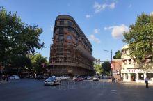 上海武康路漫步          出差上海,慕名来到武康路,据说是百年老街,著名的武康大楼正在装修,