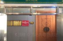 银川清真老字号  有有七十多年历史的黄鹤楼饭庄,是银川首屈一指的清真老字号,这里不仅装潢十分富有地域