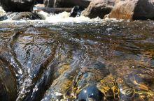 抱邱老村·流淌着红茶水的村庄 这个村子旁边有一条小溪, 流淌着冰红茶一般的溪水, 无论是色泽, 还是