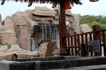 这儿的温泉水真的很清,各种温度的不同种类的温泉作用不一,园内的环境也很优美,还配了各种茶水免费饮用