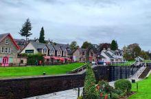 到了尼斯湖,其实这里还有一个闻名的景点就是苏格兰运河,小镇风景如画,镇中心郁郁葱葱的河岸和河边的酒吧