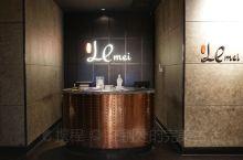 上海闵行宝龙艾美酒店内的乐美中餐厅,位于酒店二层的中餐厅,采用上海当地的装饰风格,极尽现代简约之感又