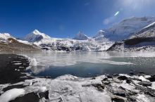 在念青唐古拉山脉和冈底斯山脉之间,冬季远远望去,冰雪皑皑发光一片雪白茫茫;在高原的迷幻光影的衬托下,