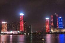 合肥天鹅湖体育公园的音乐灯光秀,色彩绚丽。