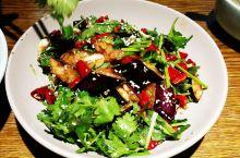 十月十四号晚餐 下午从雨岔峡谷回来 司机推荐这个牌子延安排名第一 要了招牌菜 麻椒鱼 脆皮茄子 还有
