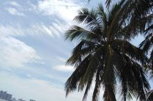 西秀海滩公园,是海口少有的公共沙滩带状公园,夏天去会很热,光着脚走在沙滩上比较烫,可以选择早上太阳不