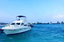马代的首都马累,也是被海水包围着的城市,海水湛蓝得呈墨绿色,长长的滨海路,两边停靠的船只,一望无际的