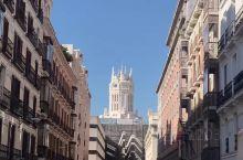 马约尔广场 来马德里必到的地方 这里挺热闹 而且面积也真是不小 在这里逛一下 拍拍游客照 感受欧洲的