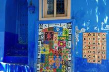 舍夫沙万是一座梦幻的蓝色小镇,这里有铺天盖地的各种蓝色,像是通往天空,走在云端。  这里的蓝不是同一
