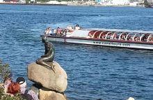 """北欧之旅丹麦首都哥本哈根安徒生童话故事里的""""小美人鱼""""铜塑像及城市一撇。"""