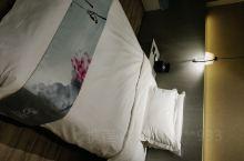 素、雅、静 酒店位置好,房间布置素雅,物品放置整齐,设施卫生干净,给人的感觉非常温馨,房间内淡淡幽香