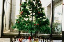 襄阳,诗情画意的地方,来到美居酒店,看到门口的圣诞树,大厅的艺术品摆放,感觉非常特别,完美,拍的不好