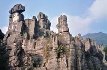 西边竹石林的名气不大,占地面积也不大,但是非常棒!千奇百怪的巨型石头与青翠的竹林非常巧妙地共生共荣,