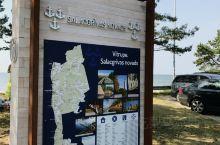从里加到维尔纽斯自驾只有300多公里,沿着波罗的海沿岸开,会有惊喜。早上九点多出发,路遇漂泊大雨,一