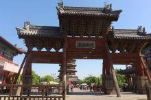 应县木塔,是中国现存最高最古老的一座木构塔式建筑,至今将近1000年了。与意大利比萨斜塔,巴黎埃菲尔