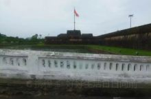 顺化皇城也称大内,建于香江左岸。        顺化皇城曾经是越南阮氏王朝的皇宫,也是越南现存最完美
