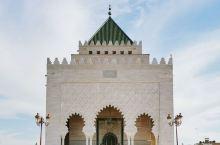 在拉巴特的市中心,有一处必去之地——默罕默德五世陵墓。还记得卡萨布兰卡那座雄伟的哈桑二世清真寺吗?这