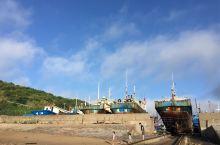 清晨,海滩上的风景。 原想捡一个螺壳玩,谁知每一个螺壳都藏有寄居蟹,只好都放礁石上了 还有遗失的在海