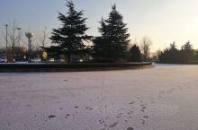 青州市站!今冬第二场雪!雪后的早晨,小站广场宁静而又别致,偶有人行足迹,星星点点,点缀洁白的雪地之上