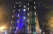 建于1886年的河内大教堂,在还剑湖边,仿照巴黎圣母院建的,巴黎圣母院烧毁了,还好可以看河内大教堂。