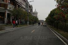 天河潭旅游度假区,现在修的非常漂亮,位于贵阳市花溪区石板镇,交通非常方便,可以从贵阳坐公交车211路