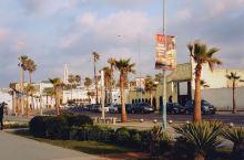 出里克咖啡馆左转前行,便来到了迈阿密海滨大道,这是濒临大海的一条观景道,也是卡萨布兰卡最美的地方,著